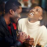 couple heureux, métissage, sourire, mariage original