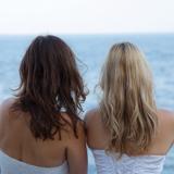 Mariage Réunion, couple de femmes mariée regardant la mer