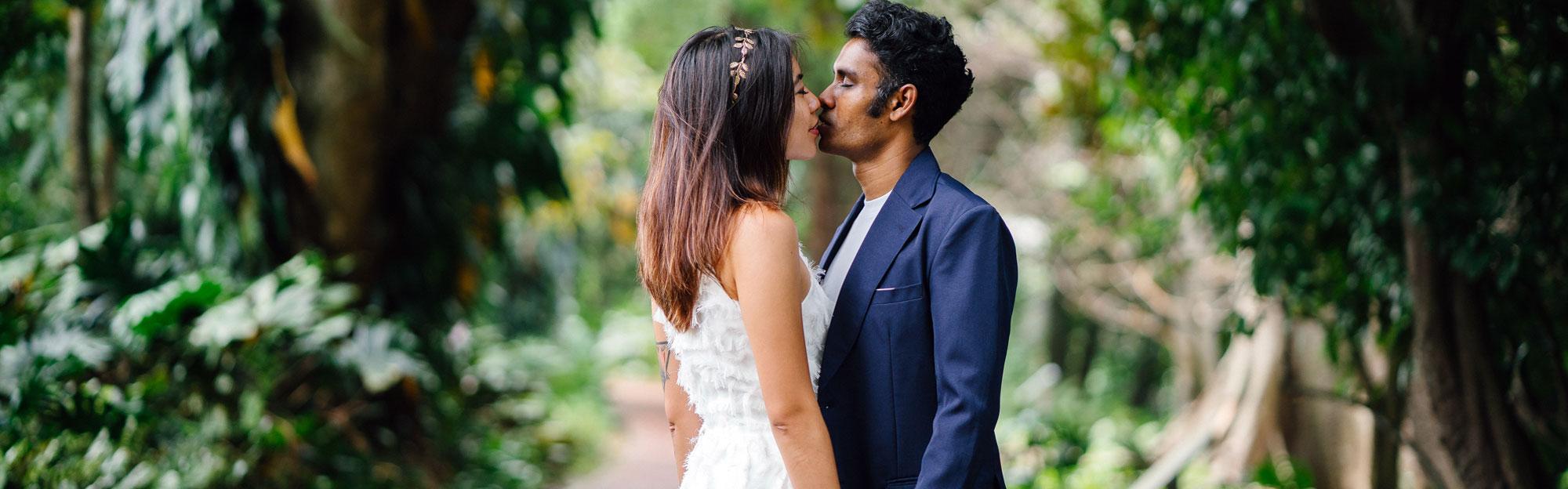 Mariage Réunion un couple metisse dans un jardin exotique.